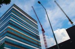 建筑用起重机和摩天大楼 免版税库存图片