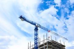 建筑用起重机和混凝土建筑建筑 库存照片