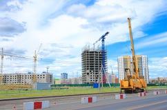 建筑用起重机和混凝土建筑建筑 图库摄影
