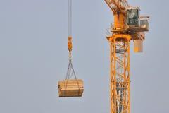 建筑用起重机和装载 免版税库存照片