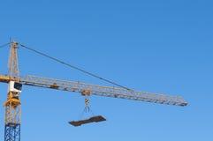 建筑用起重机垂悬的装载 免版税库存图片