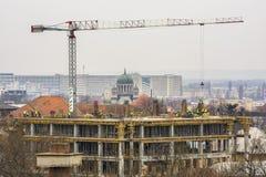 建筑用起重机房子新的residental站点 库存图片
