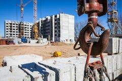 建筑用起重机构成的异常分支水平地照片 免版税图库摄影