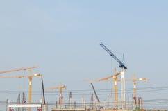 建筑用起重机风景在工作地点 免版税库存图片