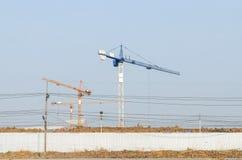 建筑用起重机风景在有自然前夕的工作地点 免版税库存图片