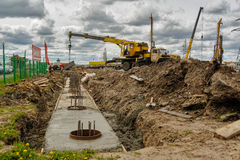 建筑用起重机移动电话站点 秋明州 俄国 图库摄影