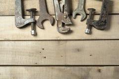 建筑集合工具 在木背景的板钳 库存照片