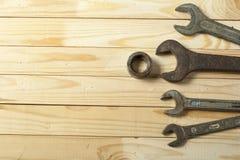 建筑集合工具 在木背景的板钳 免版税库存照片