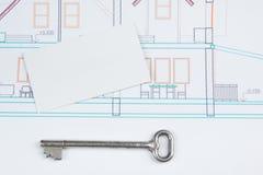 建筑项目、图纸、钥匙与房子形象和空白的名片在木背景 庄园舱内甲板房子实际租金销售额 图库摄影