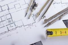 建筑项目、图纸和分切器指南针在设计工具视图从上面的计划 警察 免版税库存照片