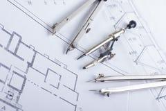 建筑项目、图纸和分切器指南针在设计工具视图从上面的计划 警察 免版税库存图片