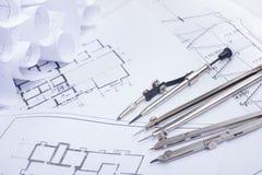 建筑项目、图纸和分切器指南针在设计工具视图从上面的计划 警察 库存图片
