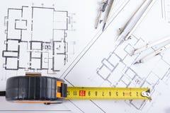 建筑项目、图纸和分切器指南针在设计工具视图从上面的计划 警察 库存照片