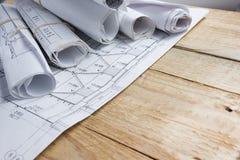 建筑项目,图纸,图纸在葡萄酒木背景滚动 概念建筑手指金子安置关键字 工程学用工具加工顶视图 免版税库存照片