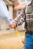 建筑:代理和承包商握手 库存照片