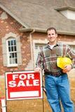 建筑:建造者坚持销售标志 库存图片