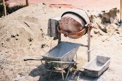 建筑-在建造场所使用的水泥搅拌车机械为准备灰浆和修筑砖墙 免版税库存图片