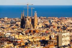 建筑Sagrada Familia的看法和在房子海在巴塞罗那 大约180.000居民是伊拉克利翁不仅资本,而且主要经济因素在克利特 1 6百万个居民,巴塞罗那 库存照片