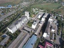 筒仓电梯的顶视图 Aerophotographing工业对象 库存图片
