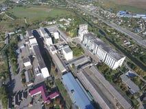 筒仓电梯的顶视图 Aerophotographing工业对象 图库摄影