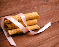 筒形薄酥饼 在木板的奶蛋烘饼 免版税库存照片