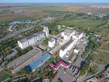 筒仓电梯的顶视图 Aerophotographing工业对象 免版税库存图片