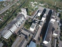 筒仓电梯的顶视图 Aerophotographing工业对象 免版税库存照片