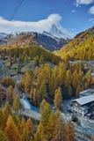 策马特手段,瓦雷兹,瑞士的小行政区秋天全景  免版税库存图片