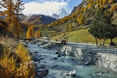 策马特手段,瓦雷兹,瑞士的小行政区秋天全景  免版税图库摄影
