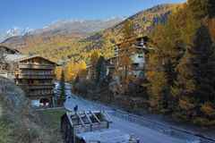 策马特手段,瓦雷兹,瑞士的小行政区秋天全景  库存图片