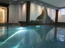 策马特旅馆水池 库存照片