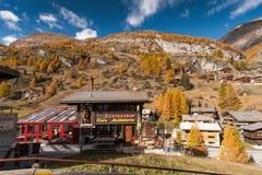 策马特,瑞士- 2015年10月27日:策马特手段,瓦雷兹的小行政区惊人的看法  免版税库存照片