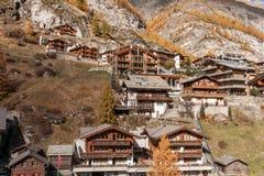 策马特,瑞士- 2015年10月27日:策马特手段,瓦雷兹的小行政区惊人的看法  免版税库存图片