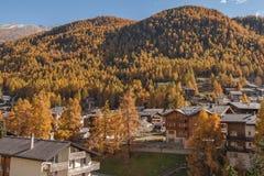 策马特,瑞士- 2015年10月27日:策马特手段,瓦雷兹的小行政区惊人的看法  图库摄影