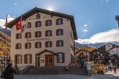 策马特,瑞士- 2015年10月27日:策马特手段,瓦雷兹的小行政区惊人的看法  库存照片