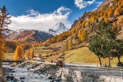 策马特,瑞士- 2015年10月27日:策马特手段,瓦雷兹的小行政区秋天视图  免版税库存图片