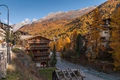 策马特,瑞士- 2015年10月27日:策马特手段,瓦雷兹的小行政区秋天视图  库存图片