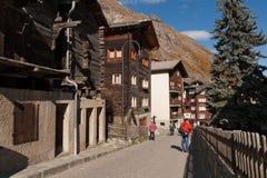 策马特,瑞士- 2015年10月27日:策马特手段,瓦雷兹的小行政区秋天视图  图库摄影