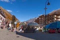 策马特,瑞士- 2015年10月27日:策马特手段,瓦雷兹的小行政区秋天视图  库存照片