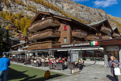 策马特,瑞士- 2015年10月27日:策马特手段,瑞士惊人的看法  库存图片