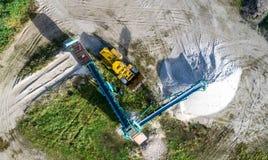 筛选的沙子和推土机,垂直的天线大机器 库存照片