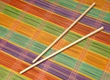 筷子五颜六色的席子安排 免版税库存照片