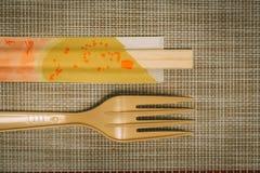 筷子和叉子在碗碟衬垫 免版税库存照片