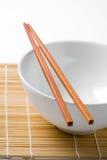 筷子和白色碗 库存照片