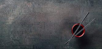 筷子和碗用酱油 免版税库存照片