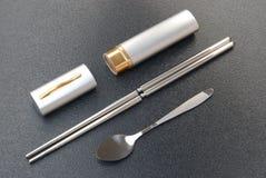 筷子被设置的匙子 免版税库存图片