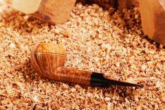筹码用管道输送抽烟的木头 免版税库存照片