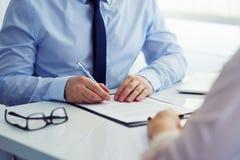 签一个合同的人在办公室 免版税库存照片