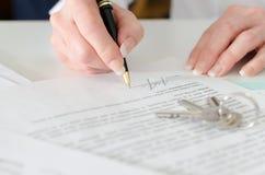 签一个房地产合同的客户 库存照片