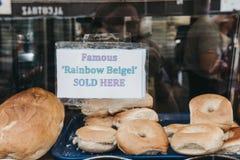 签到一家著名Beigel商店的窗口砖车道的,伦敦,英国 免版税库存照片
